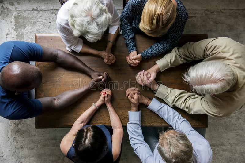 Gruppe betende Hoffnung der Christentumsleute zusammen lizenzfreie stockfotografie