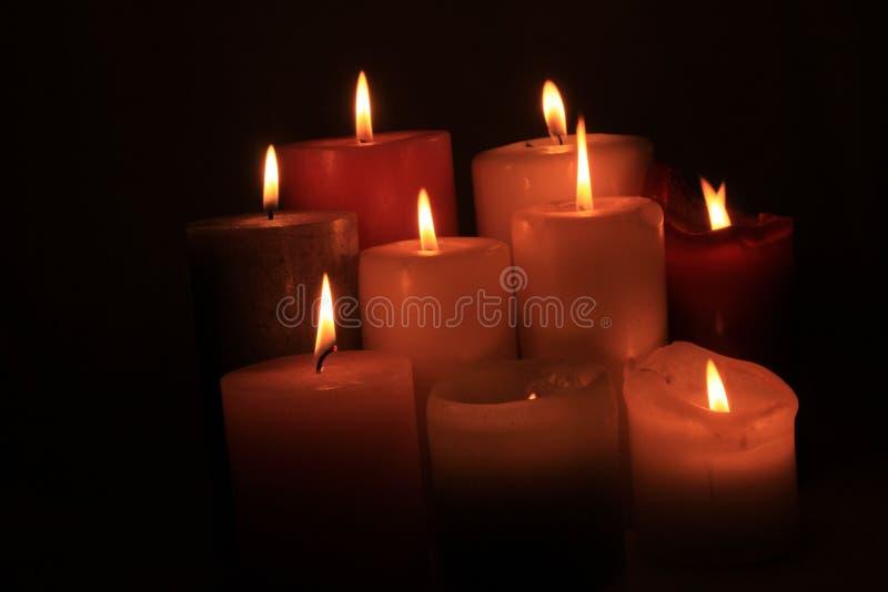 Gruppe brennende Kerzen lizenzfreies stockfoto
