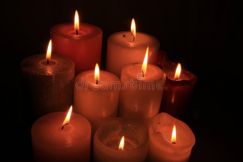 Gruppe brennende Kerzen stockfotos