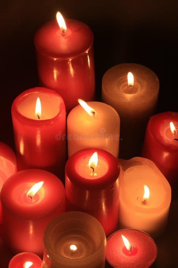 Gruppe brennende Kerzen lizenzfreies stockbild