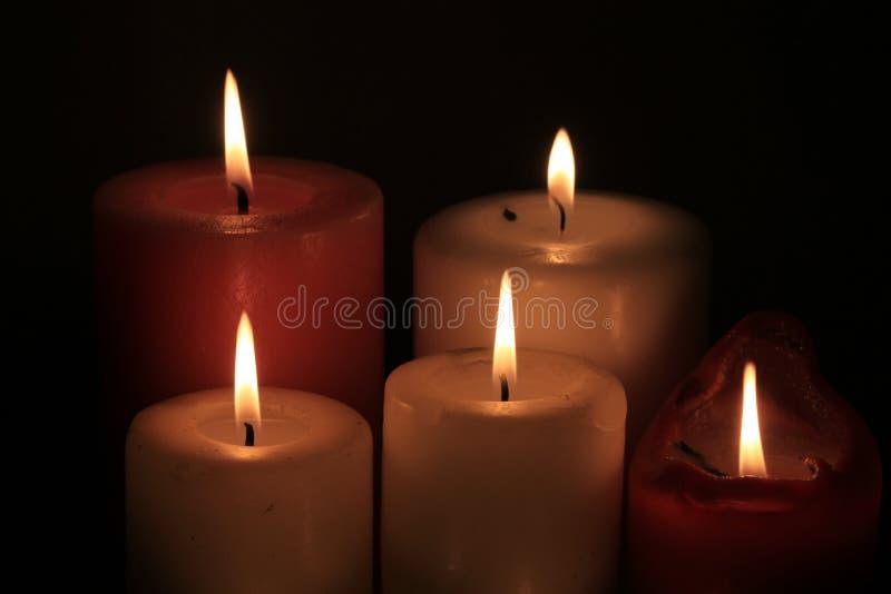 Gruppe brennende Kerzen stockfotografie