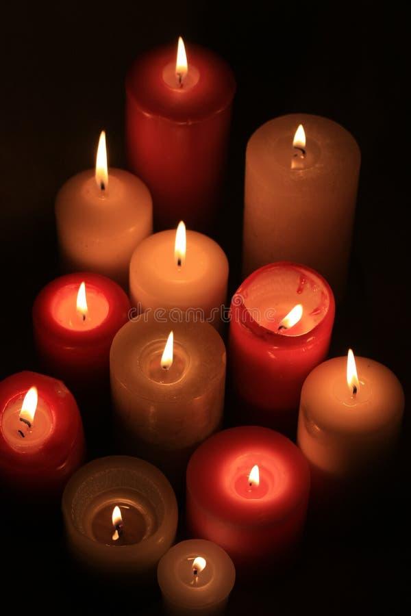 Gruppe brennende Kerzen stockbilder