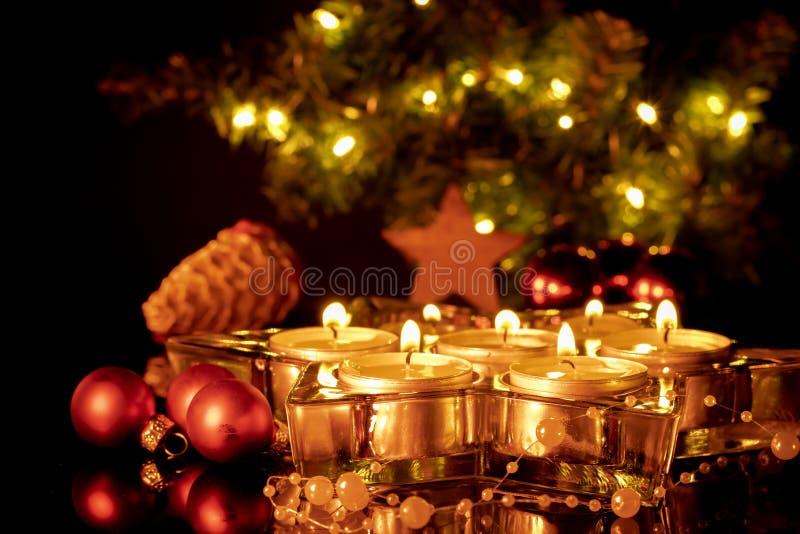 Gruppe brennende Kerzen und rote Bälle lizenzfreies stockbild
