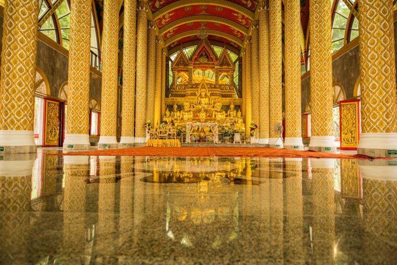 Gruppe Buddha-Bilder in der schönen buddhistischen Kirche stockfotos