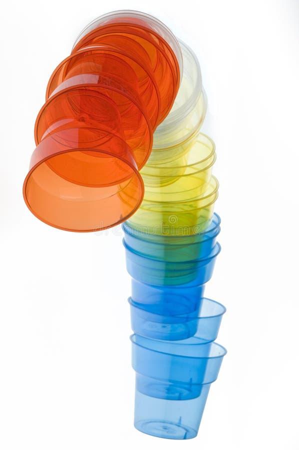 Gruppe bunte Plastikgläser stockfotos