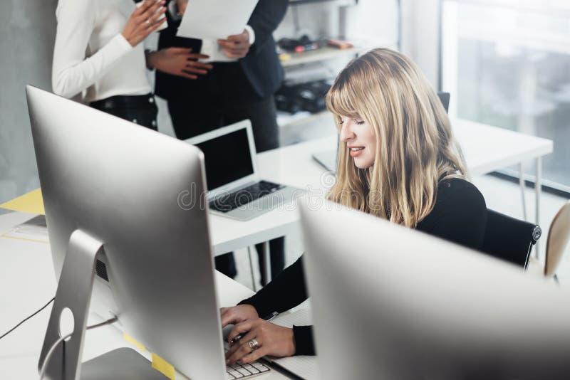 Gruppe businessmans, die an Tischrechner im lightful Büro arbeiten Frau, die auf Computertastatur schreibt horizontal stockfoto