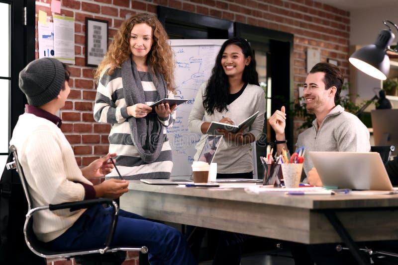 Gruppe businesspersons im kreativen Geschäft lizenzfreie stockbilder