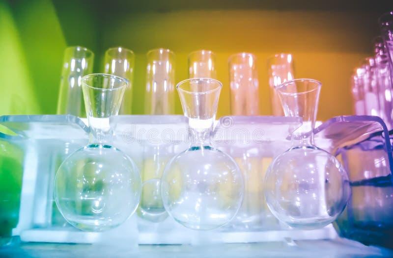 Gruppe chemische Laborglaswarenausrüstung stockbilder