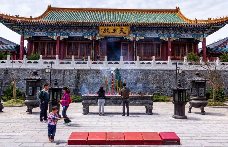 Gruppe chinesisches Volk vor dem Tianmenshan-Tempel auf Tianmen-Berg lizenzfreie stockbilder