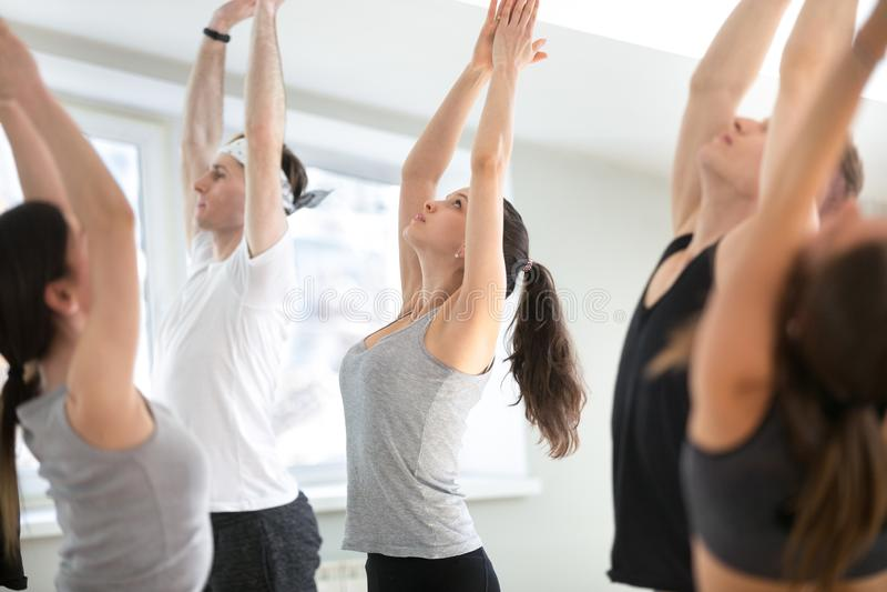 Gruppe der übenden Yogalektion der jungen sportlichen Leute, Berg PO lizenzfreies stockfoto
