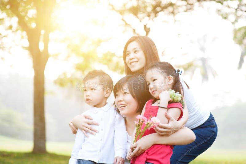 Gruppe der asiatischen Familie lizenzfreie stockfotos