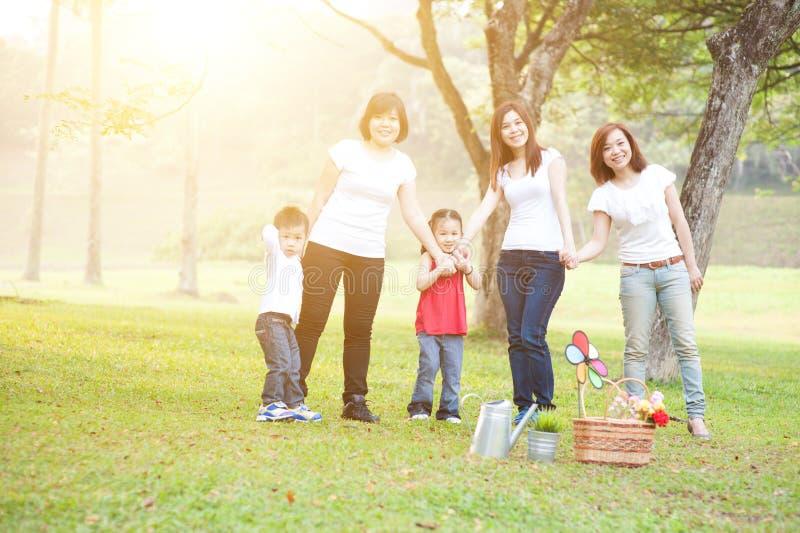 Gruppe der asiatischen Familie draußen lizenzfreie stockfotografie