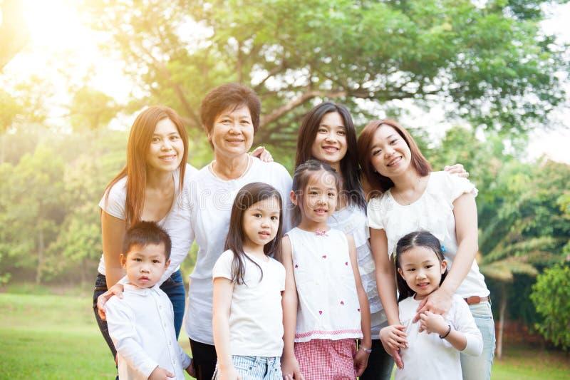 Gruppe der asiatischen multi Generationsfamilie lizenzfreies stockbild