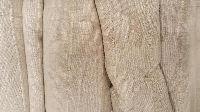 Gruppe der braunen Geweberollenauswahl/des Vorrats an grauem Gewebe für Modedesigngeschäft stockfotografie