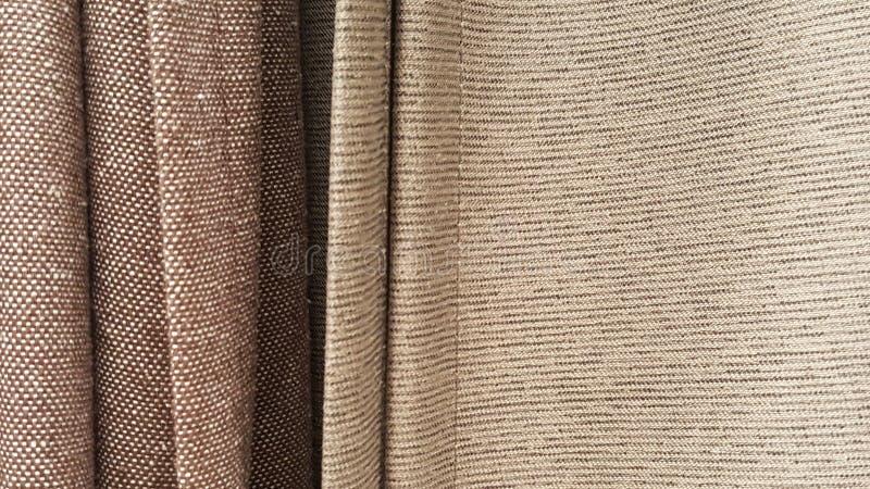 Gruppe der braunen Geweberollenauswahl/des Vorrats an grauem Gewebe für Modedesigngeschäft lizenzfreie stockbilder