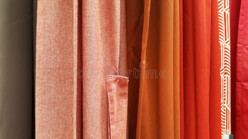 Gruppe der bunten Geweberollenauswahl/des Vorrats an buntem Regenbogengewebe für Modedesigngeschäft stockfoto