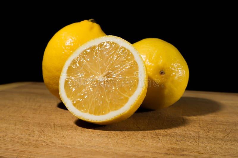 Gruppe der frischen Zitrone geschnitten auf Holztisch stockfotografie