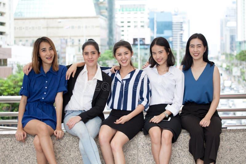 Gruppe der Geschäftsfrau sitzend im Freien Mädchenteam freunde stockfoto