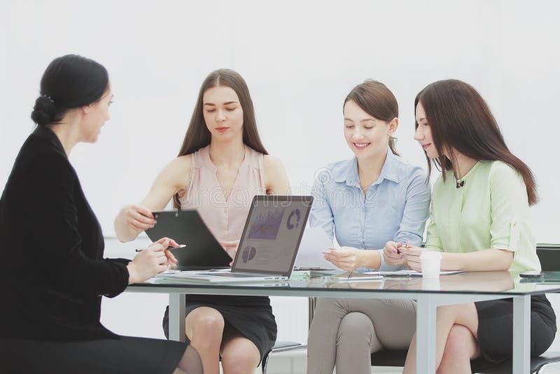 Gruppe der Geschäftsfrau am Treffen im Büro lizenzfreies stockbild
