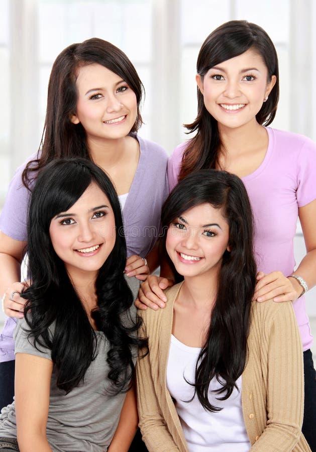 Gruppe der glücklichen jungen Frau stockbilder
