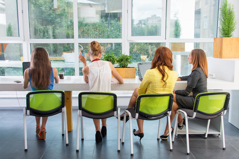 Gruppe der hübschen Geschäftsfrau arbeitend zusammen mit neuem Startprojekt unter Verwendung der Laptop-Computers im modernen Dac stockfoto