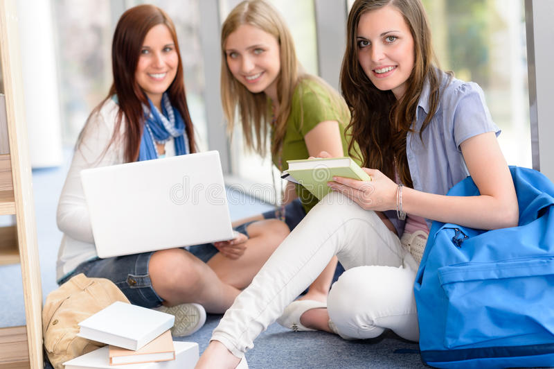 Gruppe der Jugendkursteilnehmerstudie an der Highschool stockfoto