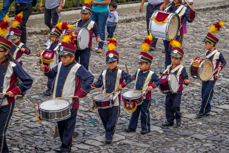 Gruppe der kleinen Kindblaskapelle in den Uniformen - Antigua, Guatemala stockfotografie