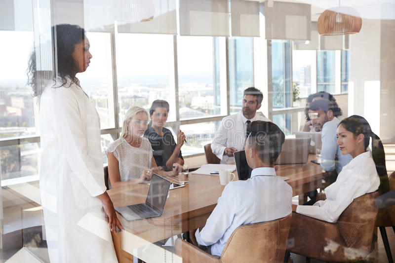 Gruppe der medizinischen Lehrerkonferenz um Tabelle im Krankenhaus stockbilder