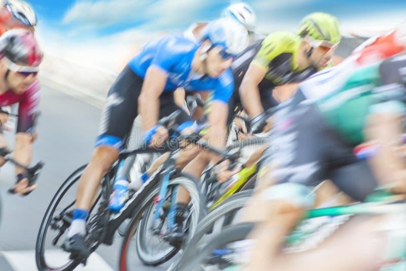Gruppe der Radfahrer während eines Rennens lizenzfreies stockbild