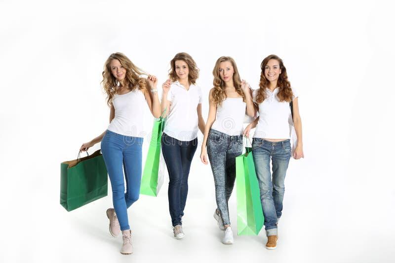 Gruppe der schönen Freundinnen, die zusammen kaufen lizenzfreie stockbilder