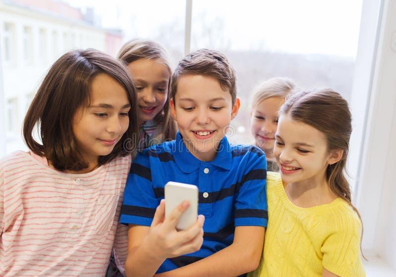 Gruppe der Schule scherzt das Nehmen von selfie mit Smartphone stockfotografie