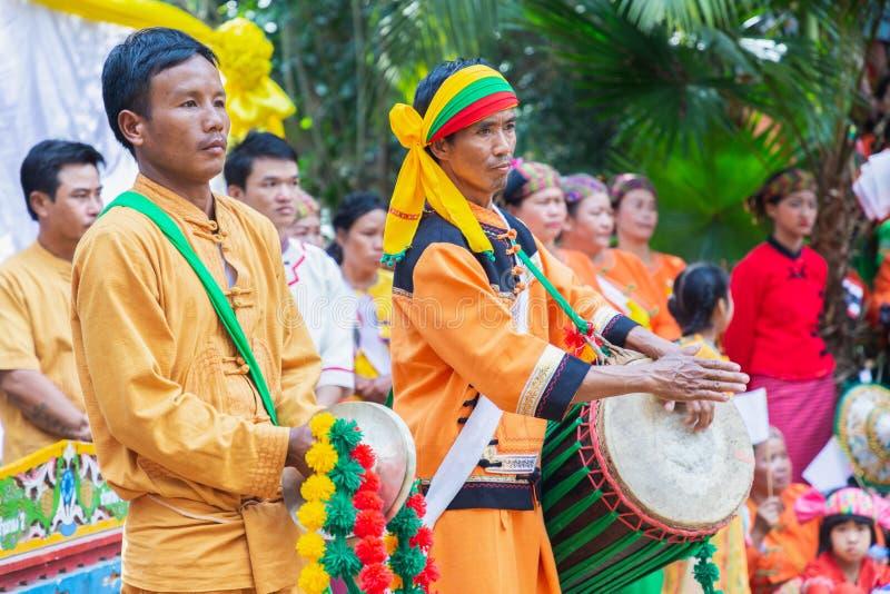 Gruppe der Shan- oder Tai-Yai-Volksgruppe, die in Teilen Myanmars und Thailands in Stammeskleidung lebt, tanzt im Shan New Year stockbild