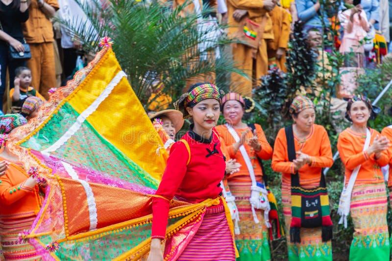 Gruppe der Shan- oder Tai-Yai-Volksgruppe, die in Teilen Myanmars und Thailands in Stammeskleidung lebt, tanzt im Shan New Year lizenzfreie stockbilder