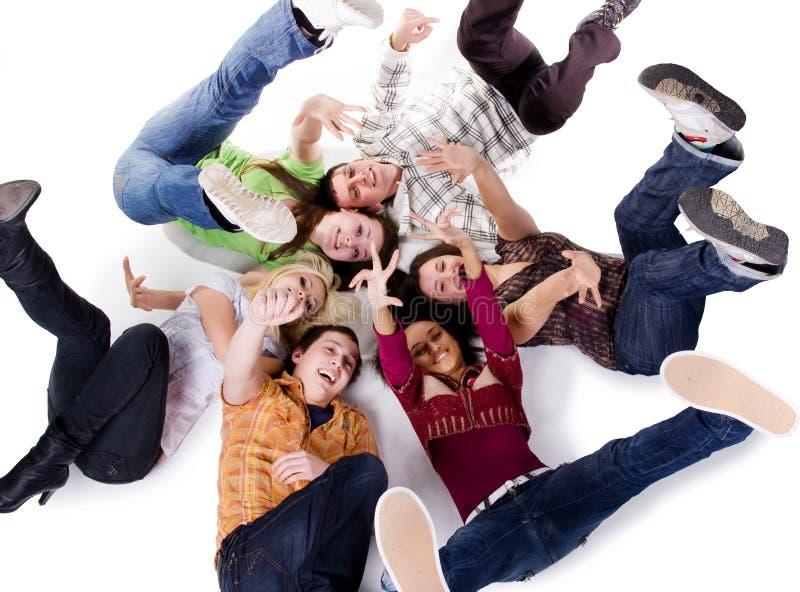 Gruppe der sorglosen Jugendlichlüge lizenzfreies stockbild