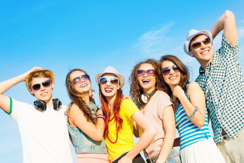Gruppe der tragenden Sonnenbrille und des Hutes der jungen Leute stockbilder