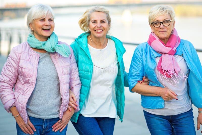Gruppe des älteren Frauenlächelns stockfoto