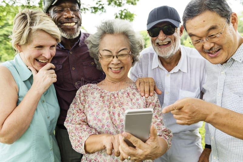 Gruppe des älteren Ruhestandes unter Verwendung des Digital-Lebensstil-Konzeptes stockfotografie