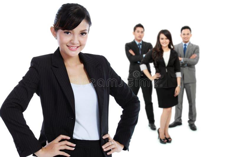 Gruppe des asiatischen jungen Wirtschaftlers, Frau als Teamleiter stan lizenzfreie stockfotos