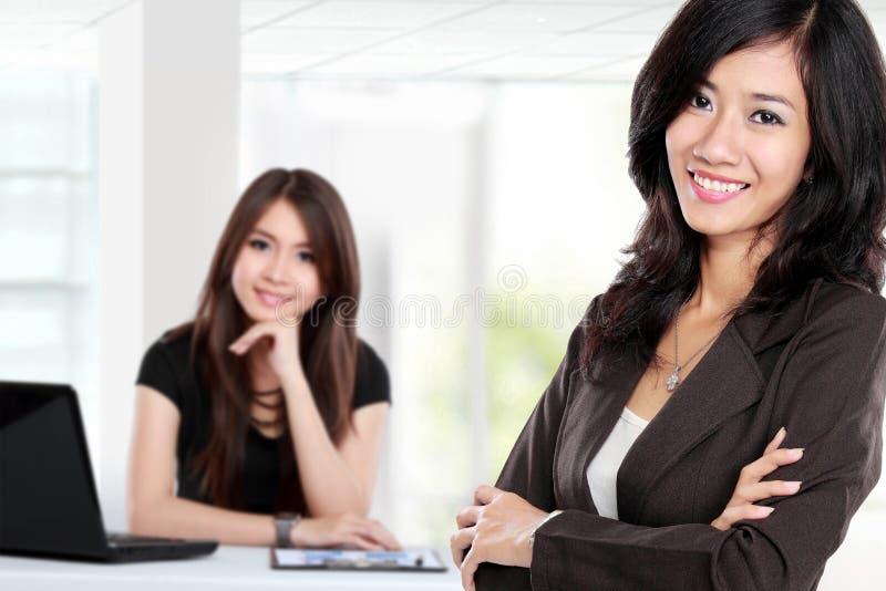 Gruppe des asiatischen jungen Wirtschaftlers, Frau als Teamleiter stan stockbilder