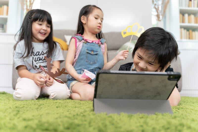 Gruppe des aufpassenden Filmes der kleine Kinderverschiedenartigkeit zusammen auf Laptop Kinder, die zu Hause mit Laptop-Computer lizenzfreies stockbild