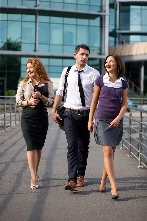Gruppe des Bürowegs stockbild