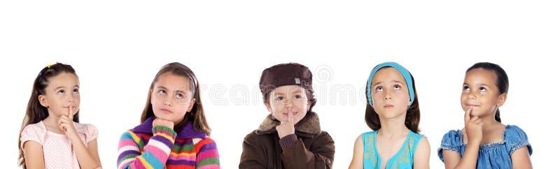 Gruppe des Denkens mit fünf Kindern lizenzfreies stockbild