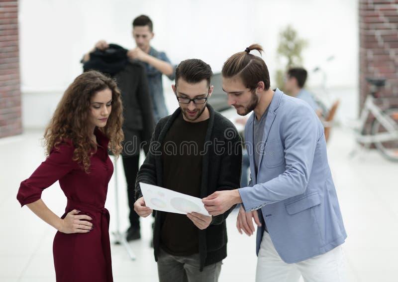 Gruppe des Designers die neuen Modelle besprechend lizenzfreie stockfotos