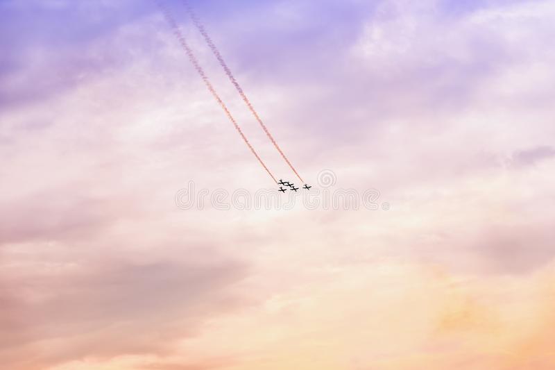 Gruppe des Flugzeugfliegens bei Sonnenuntergang Aufregende Leistung Luftleistung, Flugschau, Flugzeuge, fliegende Anzeige und Fäh lizenzfreies stockbild