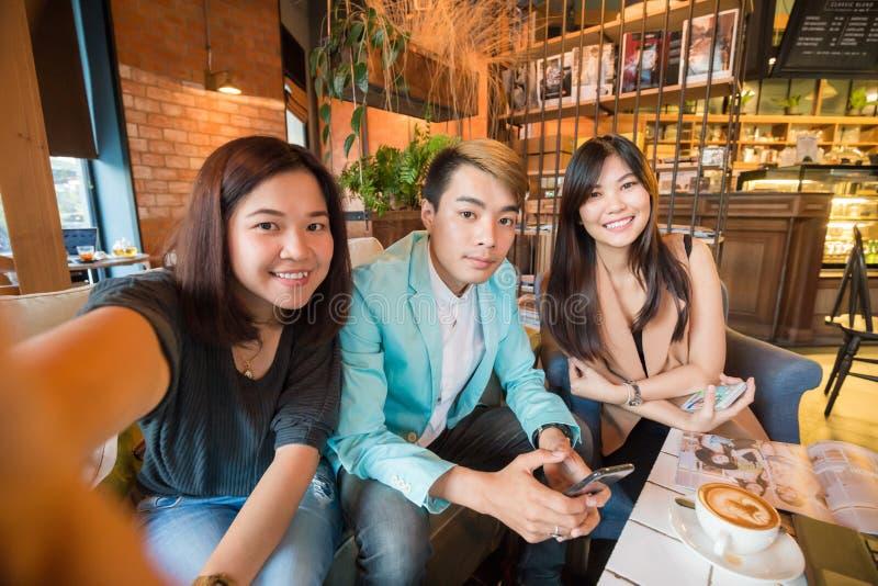 Gruppe des Freunds mit Lebensmittel und Kaffee trinken Haben eines Spaßes lizenzfreies stockfoto