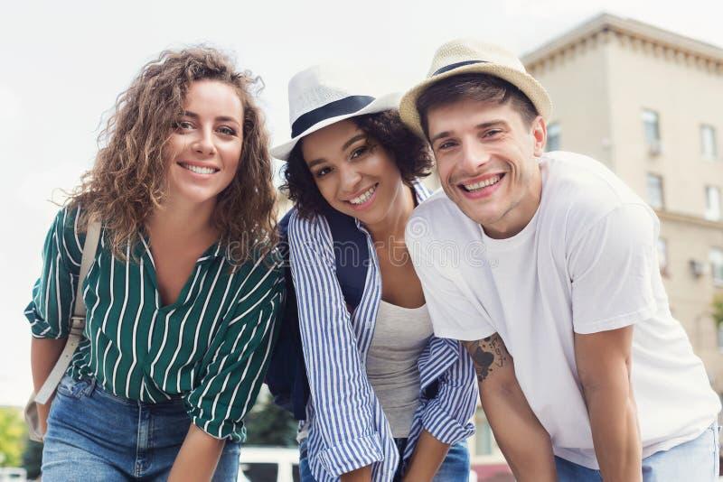 Gruppe des glücklichen Hippie-Treffpunkts auf Stadtstraße lizenzfreies stockfoto