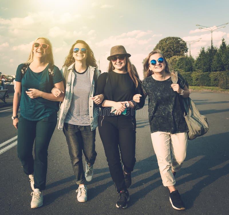 Gruppe des glücklichen lächelnden sorglosen jungen stilvollen Mädchens gehen spazieren lizenzfreies stockfoto