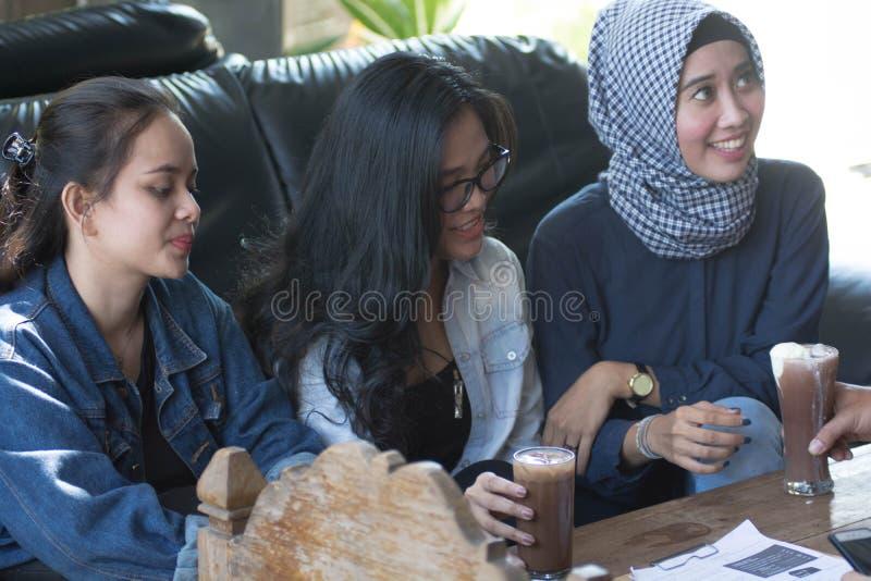 Gruppe des jungen glücklichen Freunds empfängt Nahrung und Getränk von den Kellnern und vom Server am Café und am Restaurant lizenzfreies stockfoto