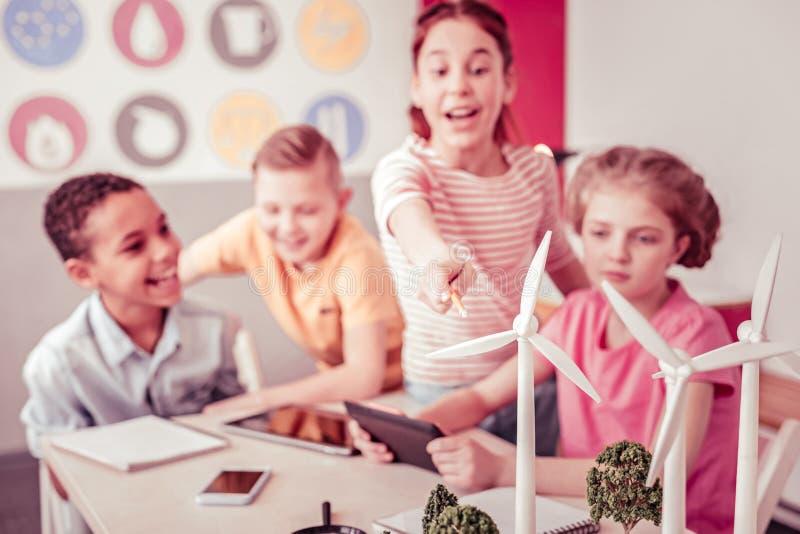 Gruppe des jungen neugierigen Wissenschaftlers, der Klasse über alternative Energie hat stockbild