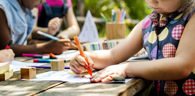 Gruppe des Kindergartens scherzt die Freunde, die draußen Kunstunterricht zeichnen stockfotografie